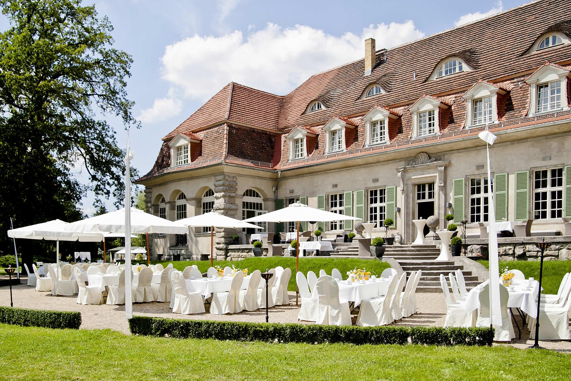 Schloss Kartzow - Terrasse und Park im Sommer